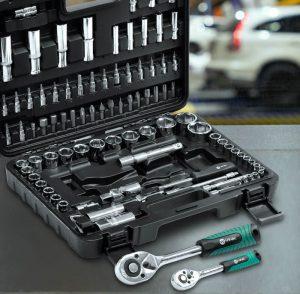 Maleta aberta sobre mesa, deixando à mostra o kit de ferramentas